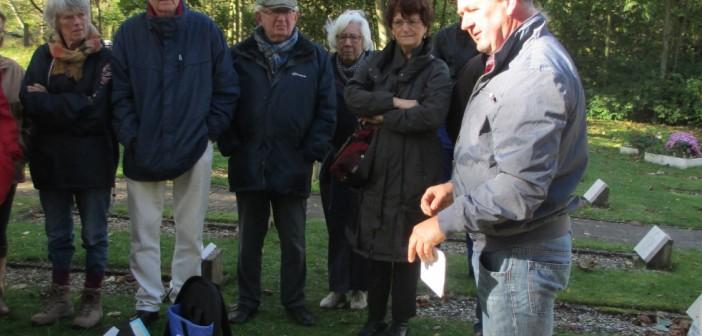 Wyp Jan Groendijk geeft uitleg bij begraafplaats Vredenhof (c) Fien Duijnmayer